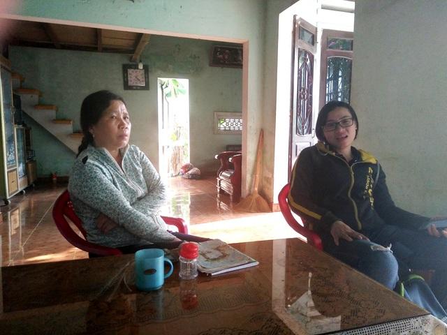 Bà Thu (trái) kể lại sự việc chiếc xe máy của gia đình bị bà Tuyết đưa đi cầm cố và không trả.
