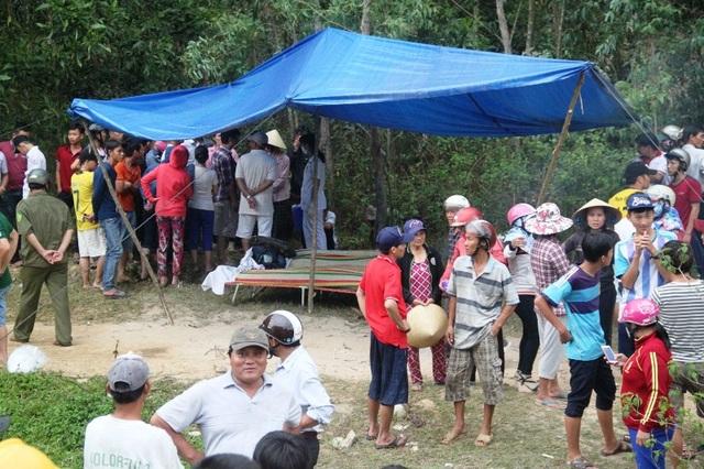 Người dân theo dõi lực lượng chức năng xử lí vụ tai nạn