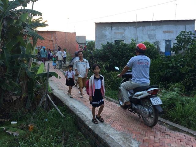 Hàng trăm học sinh trong vùng sạt lở nghiêm trọng đi học trở lại - 5