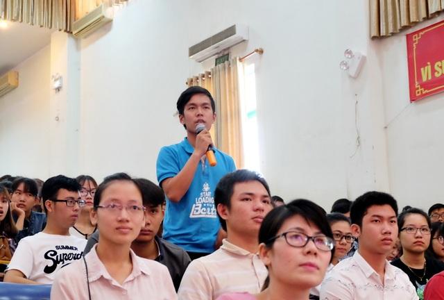 Sinh viên đặt nhiều câu hỏi liên quan lĩnh vực Toán học, phát triển tài năng... trong buổi giao lưu với GS Ngô Bảo Châu