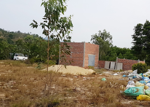 Trạm xử lý rác thải không phép đang xây dựng dở dang