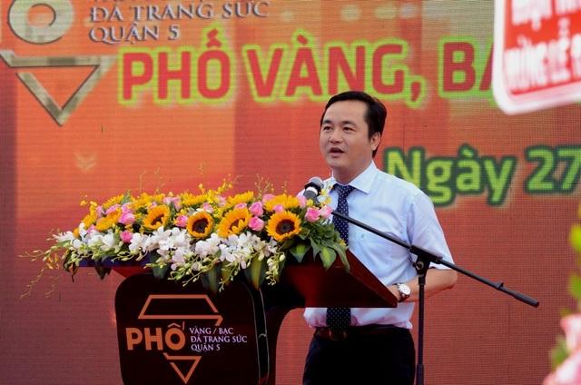 Ông Bùi Tá Hoàng Vũ, Giám đốc Sở Du lịch TPHCM phát biểu tại lễ ra mắt, phía dưới bục phát biểu là lô gô nhận diện của khu phố.