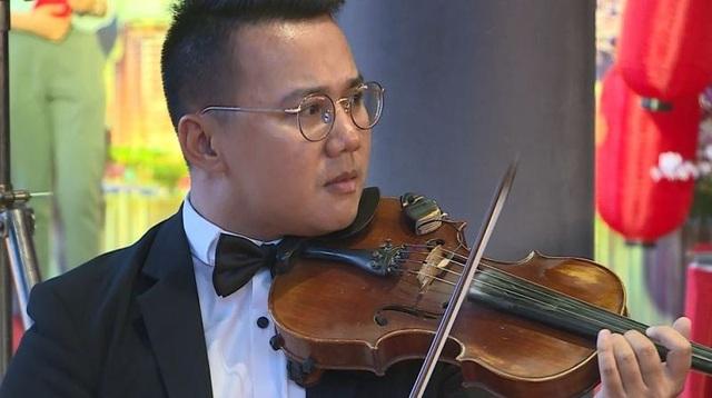 Và bản nhạc giao hưởng ấy được các nghệ sĩ tài hoa tấu lên trong buổi lễ ra mắt The Symphony