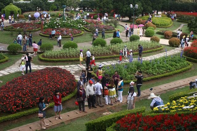 Du khách tham quan Vườn hoa thành phố