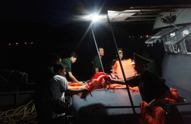 Lực lượng chức năng tỉnh Bình Định lên đường ra khơi hỗ trợ các ngư dân trên tàu gặp nạn