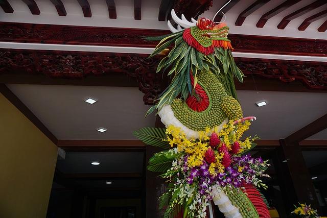 Một con rồng được làm từ các loại hoa tại chùa Việt Nam Quốc Tự.