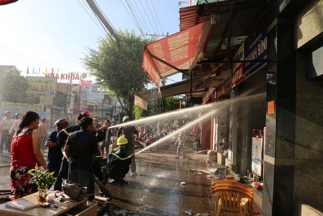 Hàng trăm cán bộ chiến sĩ PCCC nỗ lực dập lửa