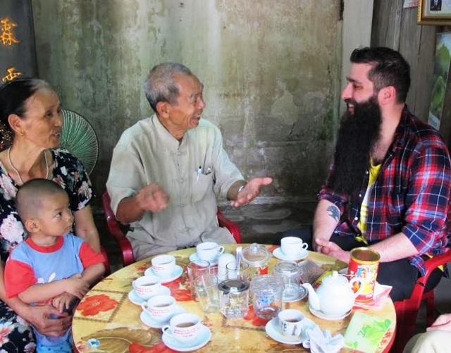 Đạo diễn Jordan Vogt-Roberts trò chuyện vui vẻ cùng ông Lâm và gia đình.