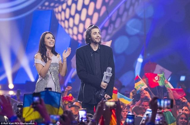 Đại diện của Bồ Đào Nha nhận cúp chiến thắng tại cuộc thi hát Eurovision, nơi hội tụ các giọng hát hay nhất của các quốc gia tham gia Liên hiệp Phát sóng Châu Âu.
