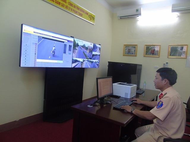 Hình ảnh phương tiện vi phạm được ghi nhận qua hệ thống giám sát sẽ được truyền tải về trung tâm điều hành đặt tại Phòng CSGT, Công an tỉnh Quảng Bình