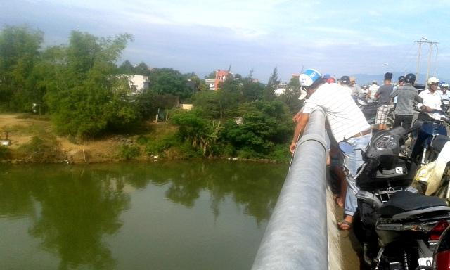 Rất đông người dân tập trung trên cầu Tứ Câu theo dõi vụ việc