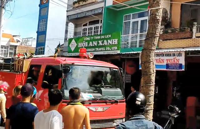Lực lượng PCCC điều xe cứu cháy đến dập lửa (Ảnh: CTV)
