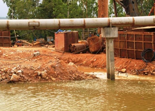 Những chỗ thoát nước nhỏ, khiến lưu lượng nước lên xuống bị hạn chế còn ảnh hưởng đến các hộ nuôi trồng thủy sản nước lợ