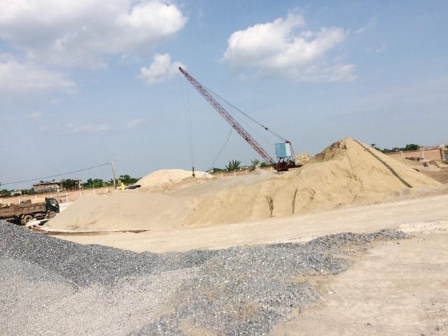 Các bãi cát lậu ngang nhiên hoạt động nhiều năm nay nhưng không bị dẹp bỏ, cơ quan chức năng cứ xử phạt xong đâu lại vào đấy.