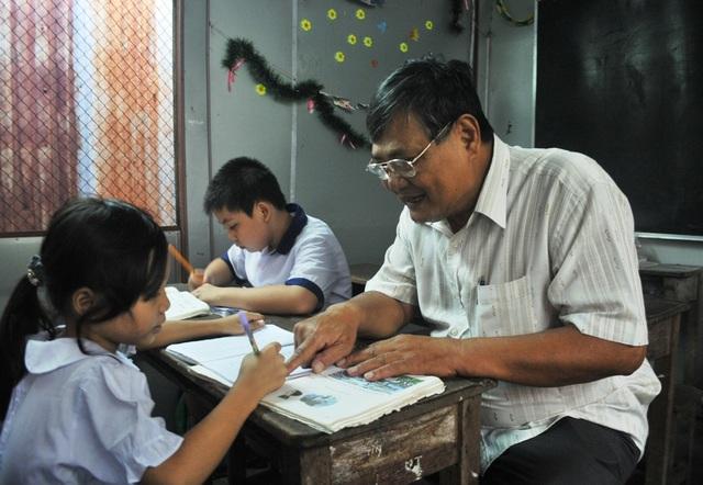 Những lúc rảnh, ông Thời đến dạy chữ hoặc cho bánh kèo, sách vở... cho các cháu