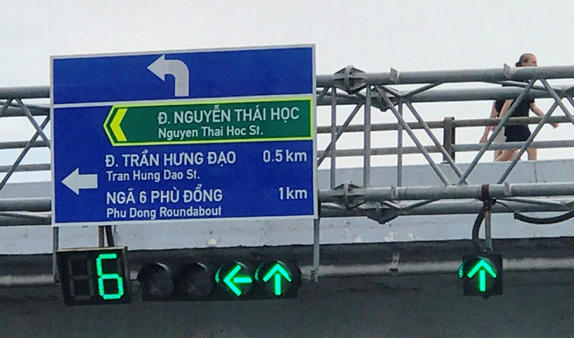Việc bổ sung biển báo chỉ đường bằng tiếng Anh sẽ góp phần hỗ trợ khách du lịch nước ngoài trong việc di chuyển, tham quan thành phố.