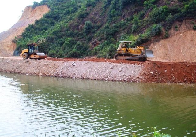 Nhánh sông Hà Thanh đang bị san lấp làm giảm dòng chảy ảnh hưởng đến các hộ nuôi tôm ở phường Nhơn Phú