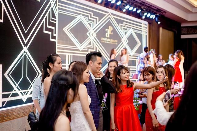 Xuất hiện với vai trò khách mời diễn viên Việt Anh thu hút mọi ánh nhìn của các cô gái.