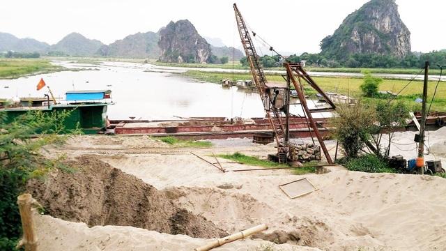 Một bãi tập kết cát trái phép, vi phạm Luật Đê điều và Phòng chống thiên tai tại xã Gia Trung, huyện Gia Viễn.