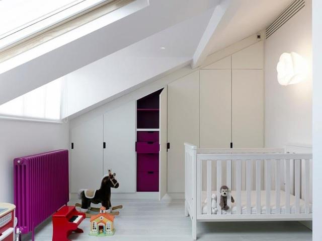 Phong cách Scandinavian là một trong những xu hướng luôn giữ được độ hot của mình trong lĩnh vực thiết kế nội thất, phòng của trẻ cũng không phải ngoại lệ. Nét đặc trưng của kiểu thiết kế này chính là sử dụng màu trắng làm chủ đạo cho căn phòng, sau đó sẽ thêm các màu sắc nổi bật vào không gian bằng các món đồ nội thất hoặc chi tiết trang trí.