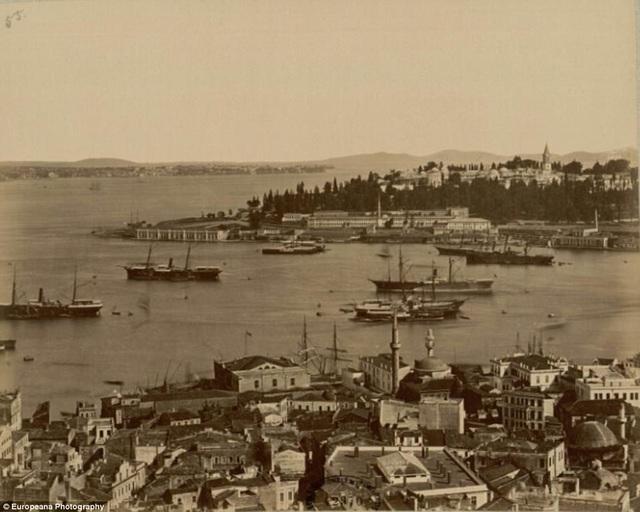 Một hải cảng của thành phố Constantinople, ngày nay là Istanbul, được chụp bởi tay máy người Syria - Pascal Sébah hồi năm 1857.