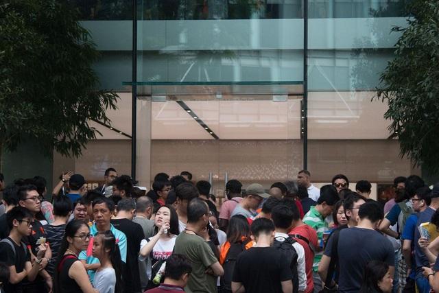 Đám đông trước cửa Apple Store - một hình ảnh quen thuộc khi Apple ra mắt một mẫu iPhone mới.