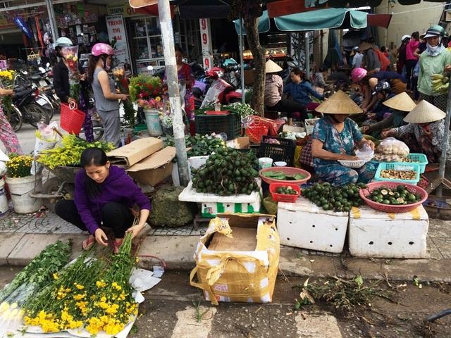 Một khu chợ quê ở huyện Phong Điền bán đủ các loại trái cây phục vụ ngày tết Đoan Ngọ