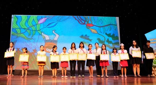 Các học sinh đoạt giải Cuộc thi viết, vẽ tranh về bảo vệ môi trường ở Đà Nẵng