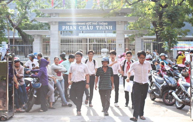Các thí sinh thi vào lớp 10 ở Đà Nẵng vừa bước vào buổi thi môn đầu tiên.