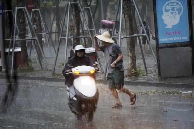 Khoảng 16h, mưa ập xuống rất nhanh khiến nhiều người không kịp chạy trú.