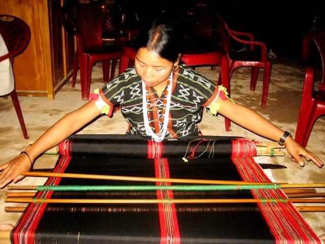 Bên cạnh các điệu múa, đồng bào Cơtu sẽ trình diễn dệt thổ cẩm cho du khách xem