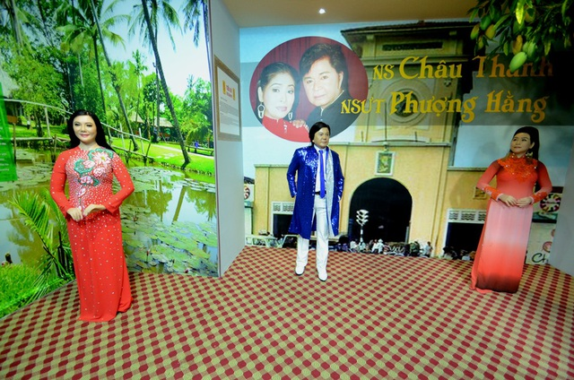 Khu vực trưng bày của nhóm ba nghệ sỹ có giọng ca hơi dài. Từ trái qua: nghệ sỹ Cẩm Tiên, nghệ sỹ Châu Thanh, nghệ sỹ Phượng Hằng.