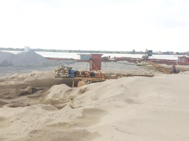 Các cẩu cát công xuất lớn của bãi cát hộ ông Hiển đã được hạ, chờ di dời khỏi khu vực hành lang thoát lũ và bảo vệ đê
