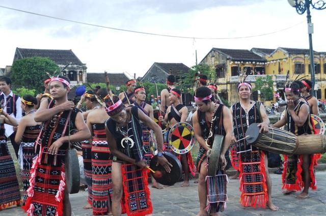 Biểu diễn điệu múa Tung tung ya yá của đồng bào Cơtu owrphoos cổ Hội An