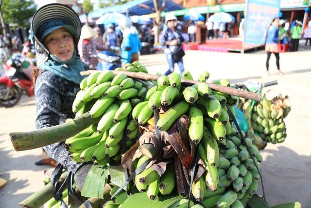 Người dân mang các sản vật của nhà ra chợ quê giao thương