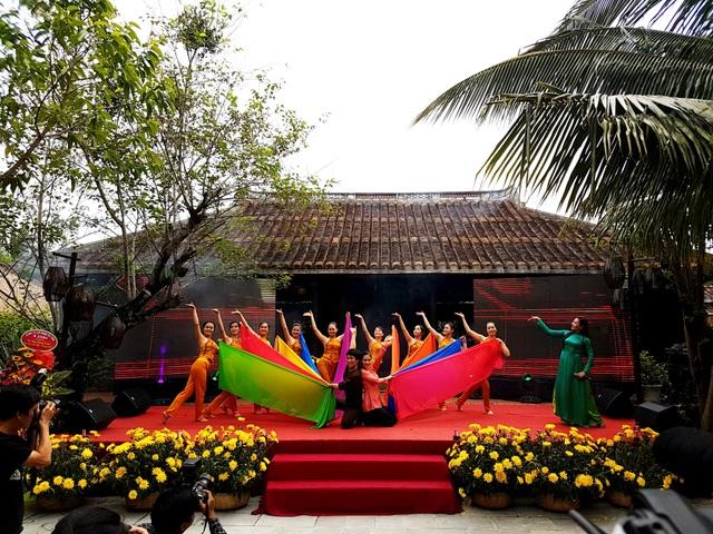 Văn nghệ chào mừng festival