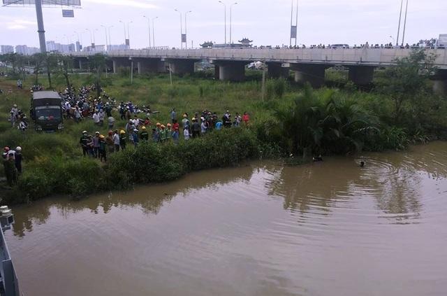 Hiện trường khu vực sông Ông Cày (cạnh tuyến đường cao tốc HLD), nơi xảy ra tai nạn đuối nước.