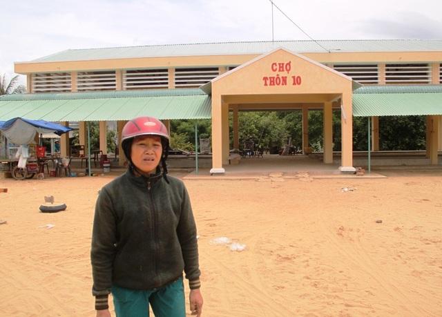 Bà Đời cho rằng cán bộ xã Mỹ Thắng đã thất hứa sau khi gia đình bà hiến 900 m2 đất để xây dựng khu dân cư và chợ Thôn 10.