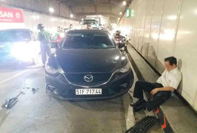Tài xế lái ôtô chạy ngược chiều gây tai nạn nghiêm trọng trong hầm Thủ Thiêm trong tình trạng xỉn nặng, xuống xe ngồi bệt ở đường, bỏ mặc hiện trường đang hết sức hỗn loạn.