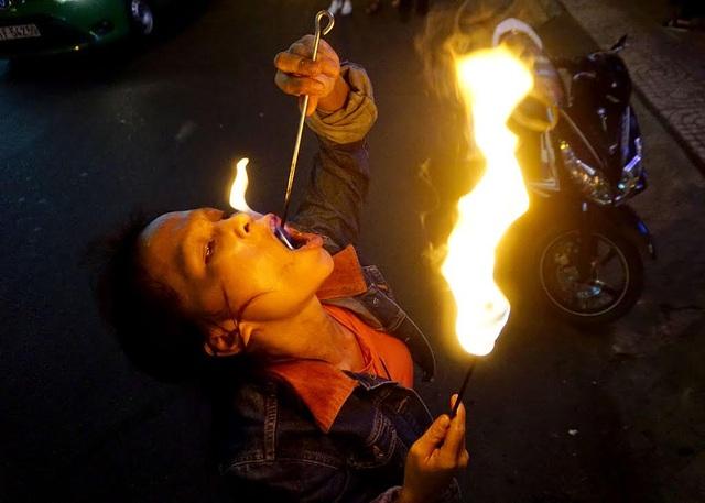 Chị Sen tự mua đồ nghề tập phun lửa để đi diễn. Làm tay ngang nên không ít lần chị bị bỏng, nuốt dầu vào người.
