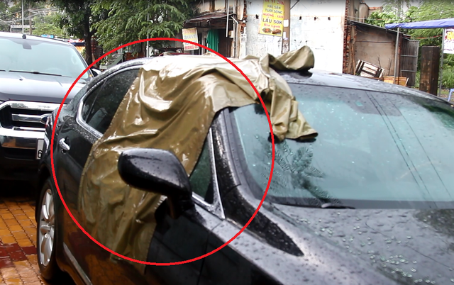 Kính xe bên phải của ông H. bị kẻ gian đập vỡ. Theo khai nhận của nạn nhân, kẻ trộm đã lấy bọc tiền gần 5 tỷ đồng.