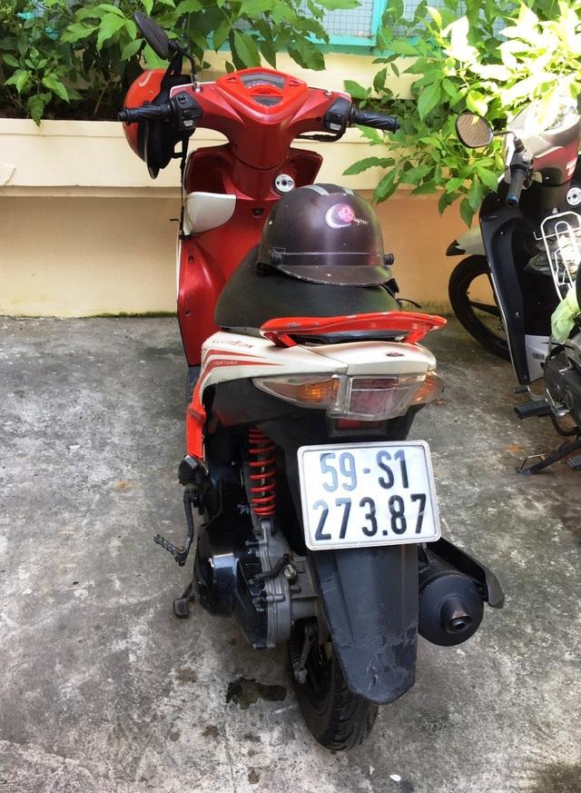Chiếc xe tay ga hiệu Luvias cùng chiếc mũ bảo hiểm ngành Công an các đối tượng sử dụng khi gây án.