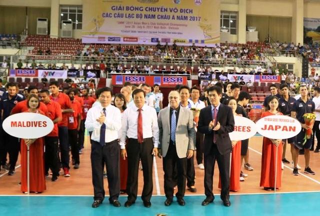 Ban tổ chức giải cùng lãnh đạo tỉnh Ninh Bình khai mạc giải đấu.