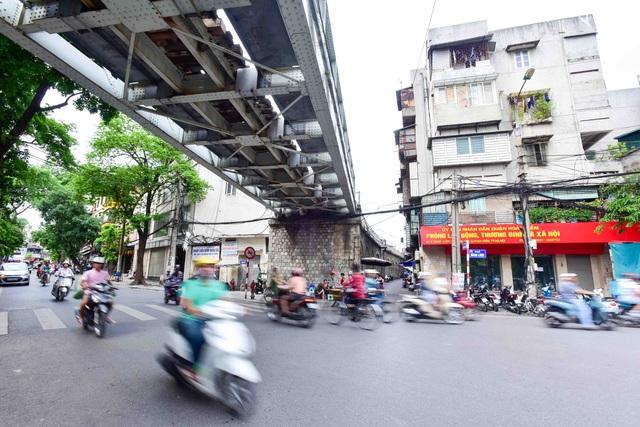Đoạn cầu sắt bắc qua phố Hàng Lược. Có 127 trên tổng số 131 vòm sẽ được đục thông làm đường đi và làm không gian công cộng.