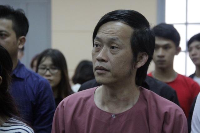 Nghệ sỹ Hoài Linh có mặt tại phiên tòa từ rất sớm để ủng hộ tinh thần cho Ngọc Trinh kiện trong phiên tòa xét xử.