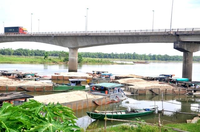 Ghe cát hút trộm trên sông bị bắt được cơ quan chức năng đưa về bến sông Thu Bồn