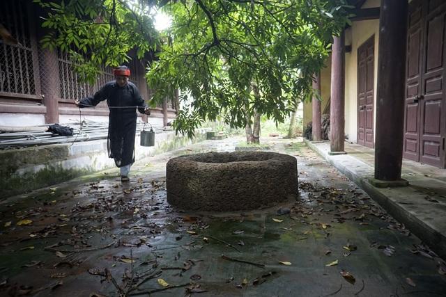 Trong đình làng Đại Phùng (xã Đan Phượng, huyện Đan Phượng, Hà Nội) có một giếng cổ hàng trăm năm tuổi làm bằng đá ong được người dân địa phương coi như một báu vật.