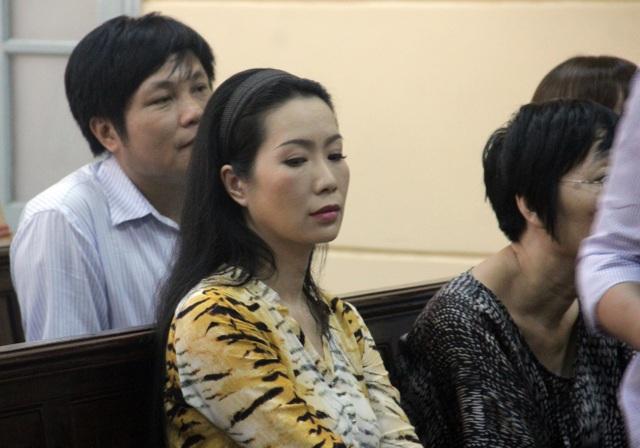 Á hậu Trịnh Kim Chi tới ủng hộ Ngọc Trinh