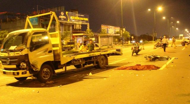 Đôi nam nữ chạy xe máy ngược chiều vào làn đường xe tải trên đại lộ Phạm Văn Đồng và gặp nạn tử vong.