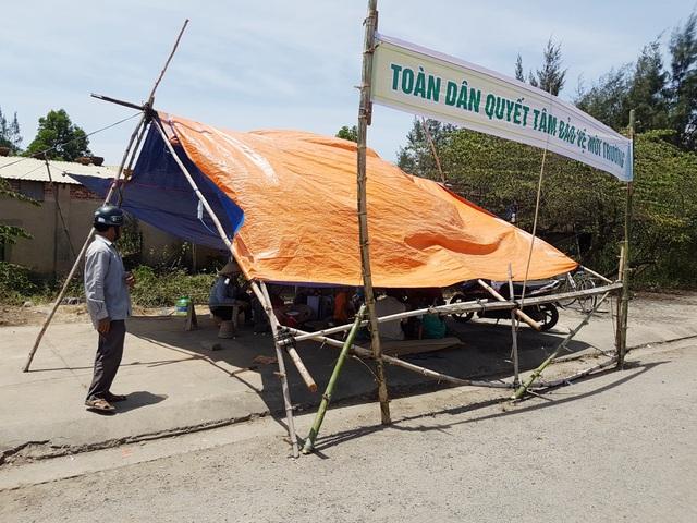 Người dân dựng lều trước cổng nhà máy thép Việt Pháp để phản đối ô nhiễm